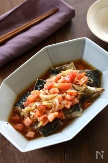 塩鯖をにんにくとオリーブオイルでこんがりと焼き、トマトと新玉ねぎのドレッシングでマリネ。簡単にできるのに、いつもの塩鯖とちょっと変わって楽しめます。