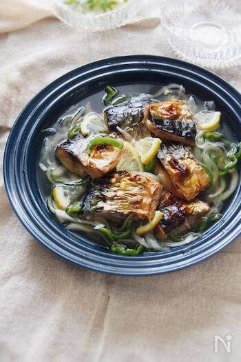 焼いた塩鯖をマリネ液に漬けるだけの簡単メニュー。脂の多い塩鯖に甘酢が浸み、さっぱりと食べられます。夏場の食欲のないときにもおすすめ。