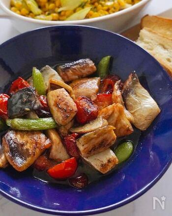 塩鯖を使ったメインディッシュになるアヒージョ。色とりどりの夏野菜も入って楽しい♪旨味たっぷりのオイルにバケットを浸して食べたり、パスタを加えたりとアレンジも楽しめます。