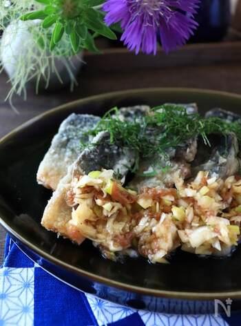 塩鯖をからっと油で揚げて、油淋鶏のネギだれをかけることで食べやすくしました。梅干し入りのタレでさらにあっさりと鯖が食べられます。