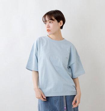 代官山のショップ「nanamica TOKYO」と、THE NORTH FACEのコラボレートコレクションから発売されているTシャツです。胸元の大きめポケットがさりげないアクセントに。ボトムを選ばず着用でき、ちょっとそこまでのお買い物からタウンユースまで幅広く活躍します。