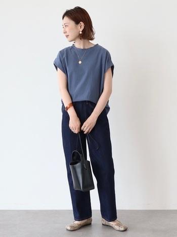 フレンチスリーブのくすんだクルーネックT×ジーンズのエフォートレスな佇まい。身体のラインにジャストフィットするサイジングと、似たような色同士の組み合わせがカジュアルなのに品のある着こなしを叶えます。