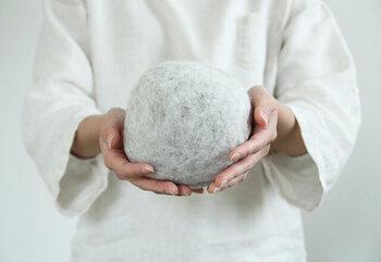 ふわふわのドライヤーボール。乾燥機を使用する時に一緒に入れると、洗濯物同士の絡まりを防いでくれて早く乾燥が完了するという優れもの。