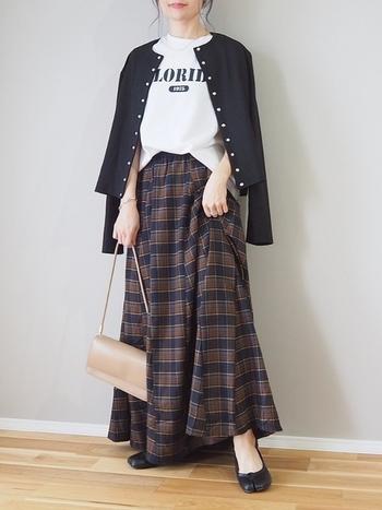 トレンドのチェック柄ロングスカートには白のロゴTシャツ+黒カーディガンでシックにまとめて。Tシャツはフロントインで脚長効果も◎足元はバレエシューズをセレクトする事で大人可愛いスタイルに仕上がります。