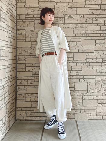 ホワイト、ベージュ系でまとめたカジュアルレイヤードコーデ。ボーダーTシャツを効果的にインナーとして使うことで、1枚で着るときとはまたガラリと違った印象に。足元には濃いめカラーで引き締めるとオシャレ。