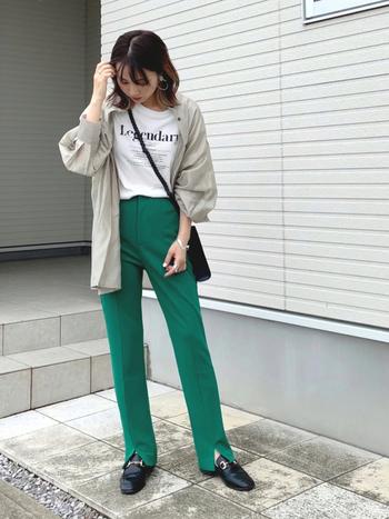 今大注目のカラー、グリーンのパンツに白のロゴTシャツをイン。その上から薄いグリーンのシアーシャツを重ねるだけの大人カジュアルコーデ。足元やバッグは黒で統一感を出してちょっぴりマニッシュに。