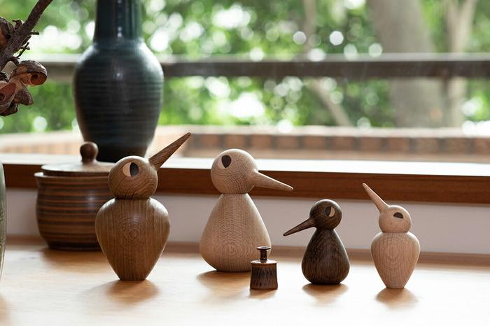 1959年にデンマークの建築家のクリスチャン・ヴェデルによってつくられた、木製の鳥型のオブジェです。鳥の体と頭は別々になっていて、自由に向きを調節できます。