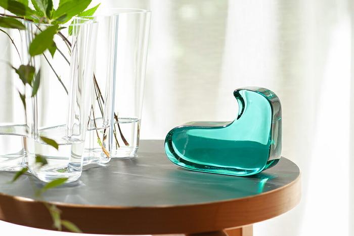 同じガラス製のベースと共に飾るのも素敵な使い方です。並べて置くのも良いですが、一つでも十分に楽しめますね。シュガーポットやスパイスと共に食卓に置いてもかわいらしいですよ。