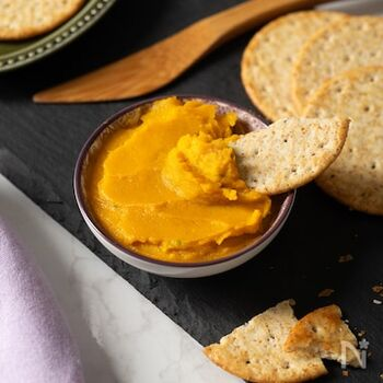 かぼちゃとメープルシロップの甘みに、スパイシーなカレー粉をプラス。大人のおやつやおつまみにも最適なスパイスパテです。ナッツ類をかけて食感の変化を楽しむのも◎  ●このレシピのメープルシロップ量:小さじ1
