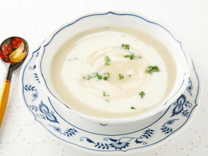 前菜スープでもあるビシソワーズはじゃがいもの冷製スープです。ヨーグルト仕立てにすることで、味わいキリッとヘルシーにいただけますよ。食欲がない日にも◎  ●このレシピのメープルシロップ量:大さじ1