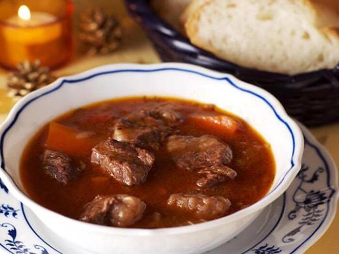 美味しいビーフシチューの隠し味にも役立つメープルシロップ。生姜と漬け込むことで、お肉は柔らかく、旨味もぎゅっと強く感じられるのだそう。新たな我が家の味としてマスターしたいですね。  ●このレシピのメープルシロップ量:50g