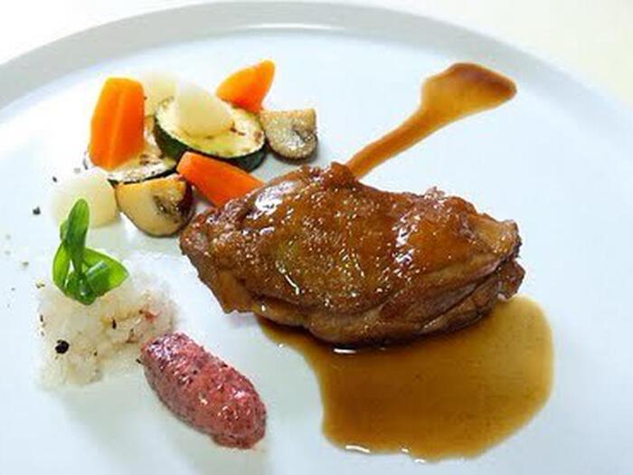 おもてなし料理にも最適な鶏もも肉のさっぱり煮は、付け合わせ次第で和にも洋にも姿を変えます。メープルシロップの甘みと赤ワインビネガーの酸味とのマリアージュはやみつき!  ●このレシピのメープルシロップ量:50ml