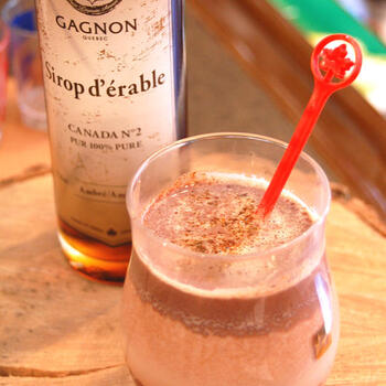 ラムの深みとメープルの甘さが、チョコレートドリンクを大人なテイストに格上げしてくれています。仕上げにチリパウダーを振りかけてスパイシーな刺激をプラス。冬の夜にぴったりです。  ●このレシピのメープルシロップ量:小さじ1