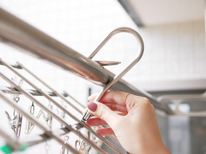 かっちりと止まるフック式なので、強風でもハンガーが物干し竿から外れず、バルコニーでも安心して使うことができます。