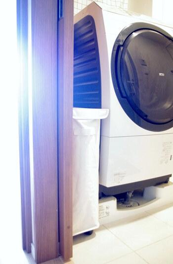スリムタイプの洗濯カゴです。幅が18.5㎝しかないため、隙間の有効活用にも◎。色は、ナチュラルな雰囲気のランドリースペースに合うキナリです。  キャスター付きなので、使うときは隙間からしっかり引きだすことができます。蓋も付いているので、ハンガーなどを収納するのも良さそうですね。