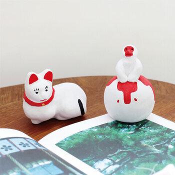 こちらは猫と猿の土鈴です。カランカランと柔らかな音色を奏でます。紅白のコントラストが美しく、華やかさがありますね。和室や玄関に置いても良さそうです。