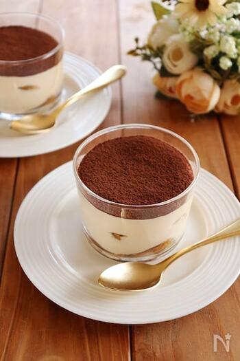 フィンガービスケットにエスプレッソコーヒーシロップをしみ込ませたティラミス。インスタントコーヒーで代用した場合の分量も書いてくださっています。おもてなしにもおすすめです。