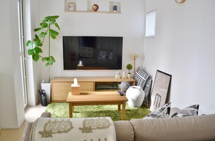 テレビ周りには、観葉植物などのグリーンを置くのがおすすめ。おしゃれになるのはもちろんのこと、グリーンが目につきすくなるため、こまめなお世話がしやすくなります。大きなものは近くの床に、小さなものはテレビ台の上に置くとバランスも整います。