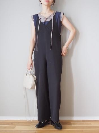 シックな配色のブラウスにキャミソールデザインのサロペットを合わせた、コーデの技が光るスタイリング。胸元のリボンはあえて垂らし、抜け感を出しつつ、バッグや靴はきちんと系で、絶妙なバランスを保っています。