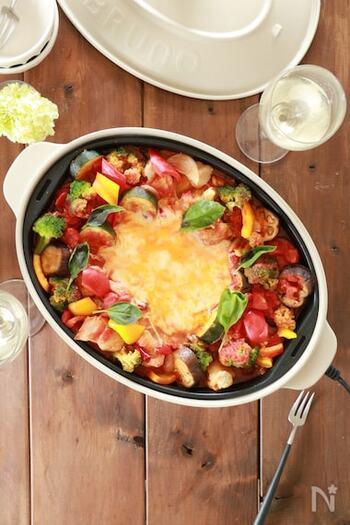 トマトやパプリカたっぷりのイタリアンなチーズタッカルビ。カラフルな野菜を数種類使うと彩りが華やかになりますね。女子会などによく合いそうなメニューです。