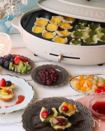 冷凍パイシートを切ってたこ焼きプレートに敷き、プリン液を注いでフルーツなどをトッピングします。甘栗やあんこなどをのせて和風にするのもいいですね。