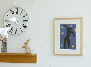 ナチュラルな天然木のフレームに収められた「Icarus from Jazz」のアートポスター。そのまま棚の上に立てかけるほか、背面の吊り紐で壁に飾ることもできます。  落ちつきのある配色で、マティスの絵をはじめて飾る人にもおすすめの1枚です。