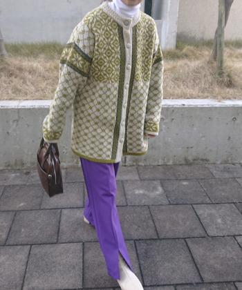 ニットが人気の今季だからこそ、ビッグサイズのニットをアウター変わりに着るのも◎。こちらの着こなしは、レトロ感が漂い、70年代にタイムスリップしたかのよう。大胆な色合わせはレトロさを醸し出してくれるので、ぜひ。