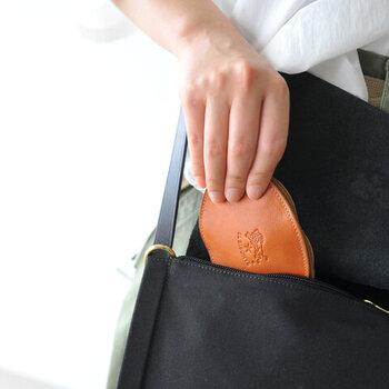 """こちらは、革製品の人気ブランド""""イルビゾンテ""""のコインケース。楕円形で開け閉めしやすく、バッグやポケットの中でもかさばりにくい薄型なので、ちょっとそこまでの身軽なおでかけにも重宝しますよ。"""