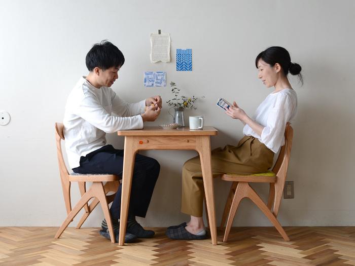 丸みを帯びた形で、可愛らしい佇まいのスクエアテーブルです。60cmの正方形のテーブルは、無駄も不足もない絶妙なサイズ!2人で使えば、互いの距離もぐっと縮まりそう♪