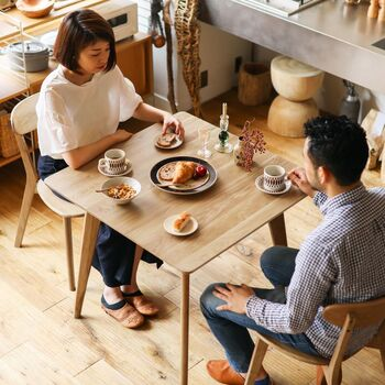 木の温もりと、スマートなデザインが魅力のダイニングテーブル。天板が薄く、脚も細いためすっきりとした印象です。サイズは幅80cmと、二人暮らしで使いやすい大きさ。