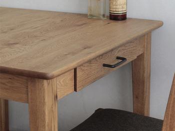 テーブルの両側には引き出しが付いていて、カトラリーやコースターなどを収納するのに便利!食事の用意がスムーズにできますね。