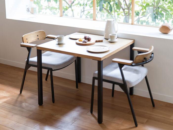 こちらは80cmの正方形のテーブルです。天板とまっすぐな脚だけというスタイリッシュなデザインがかっこいい!オーク材とアイアンという異なる素材が、見事にマッチしています。