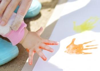 まだ似顔絵を描くことが難しい小さい子どもなら、手形や足形で作ったイラストをプレゼントしても◎。シンプルに、手形・足形を押した台紙に日付や名前を入れるだけでも大丈夫です。