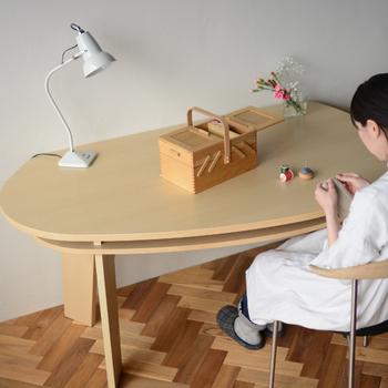 こちらは、なだらかな曲線を描く形が特徴的なテーブルです。幅150cmと大きめサイズで、二人暮らしから家族が増えても十分対応できます。天板下には広々とした収納スペースがあり、散らかりがちなテーブルがすっきり片付きますよ♪