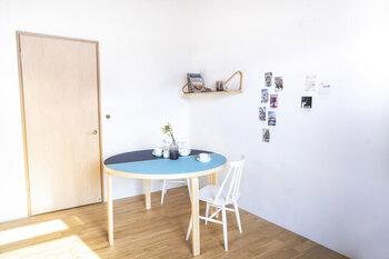 半円形のテーブルは、2つ合わせると丸テーブルに。3〜4人で使いたい時にぴったりです。濃淡の異なる2色のブルーが、お部屋の中で存在感を発揮します!
