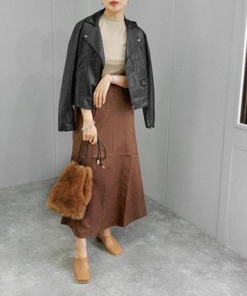クロッグシューズは、90年代に流行ったサボと言えば分かりやすいでしょうか。足を入れるだけでサッと履ける楽ちんシューズの人気が復活。先端がスクエアトゥデザインであれば、大人っぽくスタイリッシュなファッションにも馴染みます。