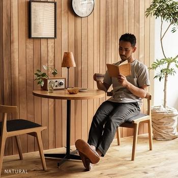 1本脚なので、座った時に脚が邪魔にならず快適に過ごせますよ。合わせる椅子も、ソファーや背もたれ付きのもの、スツールなど様々なタイプとマッチします。