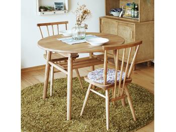 こちらは直径90cmの丸テーブル。天板も脚も木製で、ナチュラルな色合いが素敵です。天板の下に、小物を置けるスペースがあるのも便利!