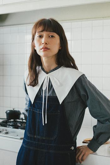 ハンサムな印象のストライプ柄のスタンドカラーブラウスに、付属の襟が2つセットになったお得なアイテム。取り外せるフリル襟は上品な印象に、ビッグカラーを付ければトレンドを押さえた着こなしが楽しめます。ニュアンスのあるボリューム袖のデザインもポイント。