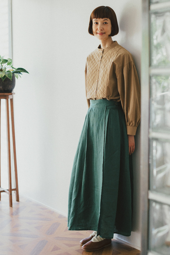 ハリ感のある上品なスタンドカラーブラウスに、キルト柄のステッチを施した1枚。甘すぎないデザインは、大人の女性でも綺麗に着こなせます。スカートにタックインしてすっきり着こなすのはもちろん、前後差のある長めの丈感なのでパンツスタイルとも好相性。