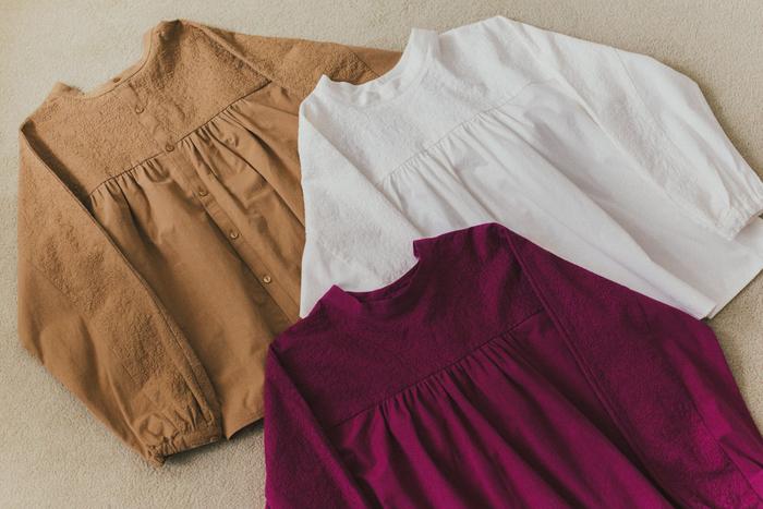 肩から袖にかけて刺繍生地を使用した、前後2WAYで着用できるコットンブラウス。ふんわり広がるAラインシルエットは身体のラインを拾いにくく、ゆったり着られて女性らしさも演出できる優秀アイテムです。袖口はゴム仕様なので、袖をまくってボリュームを出した着こなしもおすすめ。