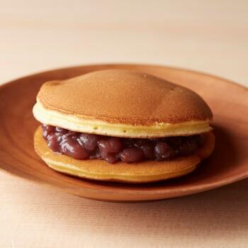 どら焼き「錦どら」も6個入り。黒糖風味のふわふわの皮(黒:4個)、あっさり王道のプレーン(白:2個)の、2種の味わいを楽しめますよ♪