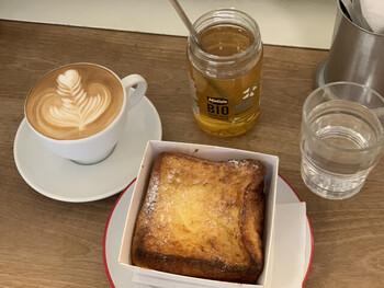 表参道の有名ベーカリーカフェの味をご自宅でも。大人気の看板商品食パン「ムー」を使用したフレンチトーストです。牛乳と卵がたっぷりしみ込んでいて、口溶けのよさがたまりません……! 公式通販ショップではメープルシロップや抹茶、チャイ味などのお取り寄せが可能です♪