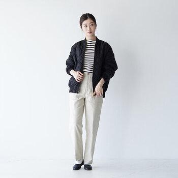 ボーダートップスはメンズライクなジャケットと合わせることで、スタイリッシュに着こなせます。丸みのあるショート丈ジャケットはカジュアルな雰囲気ともマッチし、女性らしさも感じられるスタイルです。
