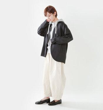 白のボリュームパンツと淡いカラーのトップスに、黒のジャケット&ローファーがきりっと引き締まります。 ノーカラージャケットは程よいゆるさがあり、かちっとしつぎず上品なカジュアルさが素敵なコーデです。