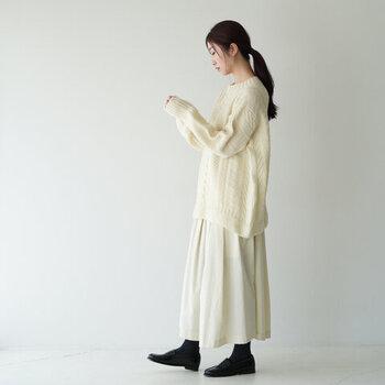 タックのあるスカートは、落ち感がありざっくりニットと相性抜群。着ぶくれせず、すらっとしたスタイルに仕上がります。足元に黒を合わせ、柔らかさの中にも上品さを感じられるコーデに。