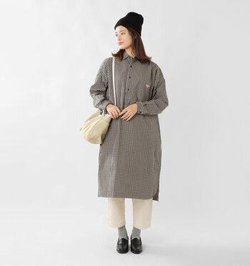 細かなギンガムチェックのワンピースは1枚で存在感抜群。白のボトムスや柔らかいカラーの靴下を合わせることで、女性らしい印象に。襟を留めればきちんと感あるワークスタイルにも変化します。