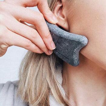 表面がすべすべとしていて滑らかなので、お顔など繊細なパーツのお手入れも安心して行えます。窪みを利用して、フェイスラインを心地よいくらいにマッサージして使います。