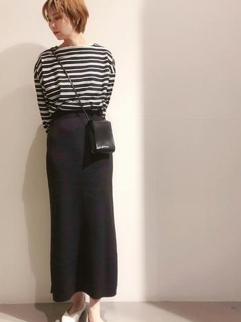 黒の配分が多いボーダーカットソーは、落ち合いた雰囲気で年齢問わず使いやすいアイテムです。タイトスカートや清潔感のあるパンプスを合わせることで、一層洗練されたきれいめスタイルに。