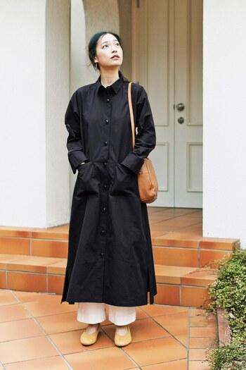 黒のロングコートに白のボトムスで抜け感を演出。ナチュラルカラ―のパンプスとバッグが肌になじみ、ヘルシーな魅力引き立つスタイルに。